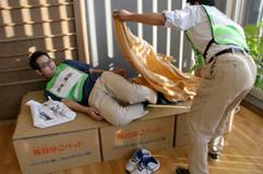避難所で使う段ボールベッドを設置